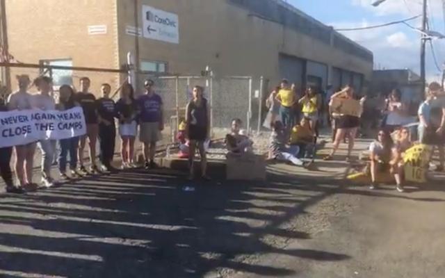 Des centaines de personnes lors d'une manifestation aux abords d'un centre de détention des services de l'immigration et des douanes (ICE) organisée par un groupe juif appelé  Never Again Action and held in Elizabeth, dans le New-Jersey, le 30 juin (Capture d'écran :  Facebook via JTA)