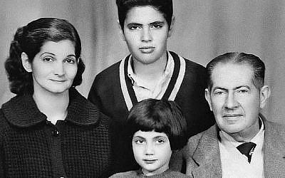 Lucette Lagnado, alors âgée de 6 ans, et sa famille dans un portrait de famille à la veille de leur exode d'Égypte dans les années 60. (Crédit : Lucettelagnado.com)