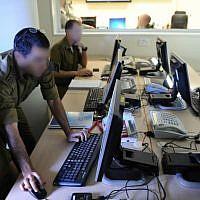 Soldats et officiers de l'unité 9900 de la Direction du renseignement militaire de l'armée israélienne, qui a intégré des soldats autistes dans son unité d'interprétation de photographies aériennes. (Crédit photo : Unité du porte-parole de l'armée israélienne)