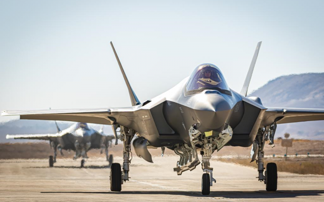 Deux nouveaux appareils F-35 atterrissent sur la base aérienne Nevatim, dans le sud d'Israël, le 14 juillet 2019. (Crédit : Armée israélienne)