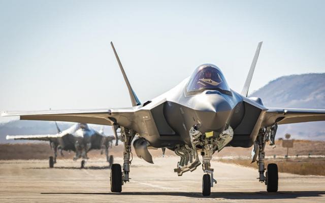 Deux nouveaux appareils F-35 atterrissent sur la base aérienne Nevatim, dans le sud d'Israël, le 14 juillet 2019. (Crédit : Armée israélienne)