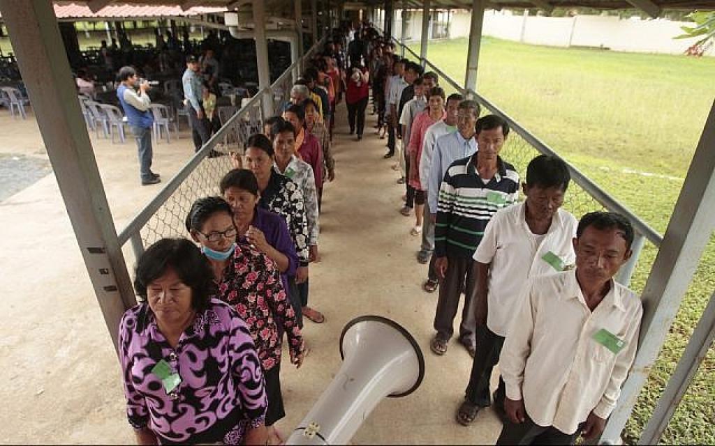 Des villageois cambodgiens font la queue pour entrer dans la salle d'audience avant le procès de deux ex-hauts-responsables Khmers rouges au tribunal des crimes de guerre, aux abords de Phnom Penh, au Cambodge, le 23 juin 2017 (Crédit : AP Photo/Heng Sinith)
