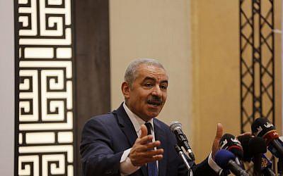 Le Premier ministre de l'Autorité palestinienne, Mohammad Shtayyeh, s'exprimant lors d'une réunion de l'Internationale socialiste à Ramallah, le 30 juillet 2019. (Wafa)