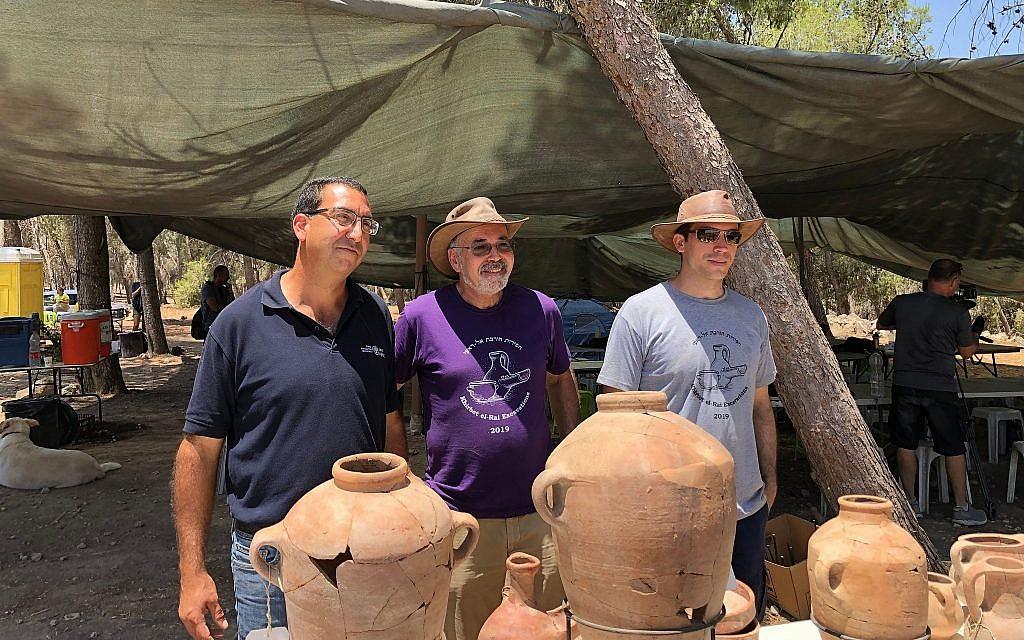 Les trois directeurs des fouilles de Khirbet a-Rai, site qui pourrait être le Zikal biblique (de gauche à droite)   Saar Ganor, de l'Autorité israélienne des antiquités,  le professeur Yosef Garfinkel, chef de l'Institut d'archéologie à l'université hébraïque de Jérusalem, et le docteur Kyle Keimer de la Macquarie University de Sydney, en Australie, le 8 juillet 2019 (Crédit : Amanda Borschel-Dan/Times of Israel)