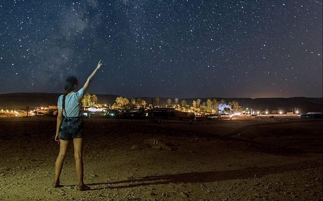 Observer les étoiles près de Kfar Hanokdim, lors de la pluie de météores annuelle d'août. (Crédit : Yoni Gritzner)