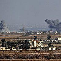 Illustration : Une photo prise le 26 juillet 2018, près du kibboutz Ein Zivan, sur le plateau du Golan israélien, montre de la fumée s'élevant de l'autre côté de la frontière syrienne à la suite des attaques aériennes menées dans la province de Qouneitra, au sud du pays par le gouvernement syrien, lors d'une offensive. (AFP Photo/Jack Guez)