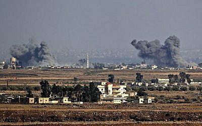 A titre d'illustration : Une photo prise le 26 juillet 2018, près du kibboutz Ein Zivan, sur le plateau du Golan israélien, montre de la fumée s'élevant de l'autre côté de la frontière syrienne à la suite des attaques aériennes menées dans la province de Quneitra, au sud du pays par le gouvernement syrien, lors d'une offensive. (AFP Photo/Jack Guez)