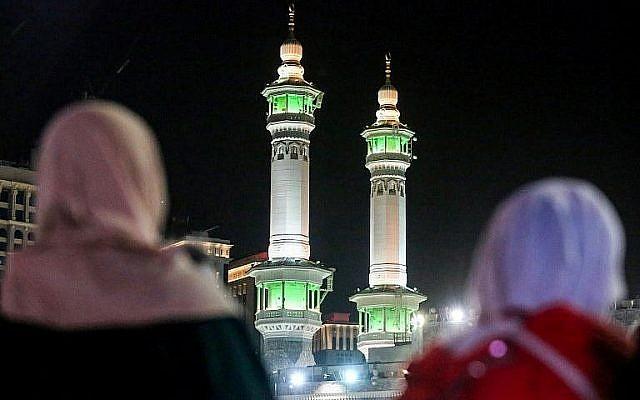 Des fidèles musulmans autour de la Kaaba, le sanctuaire le plus saint de l'islam, dans la Grande Mosquée de la Mecque, ville d'Arabie saoudite, le 17 août 2018, avant le début du pèlerinage annuel du Hadj. (AFP / Ahmad Al-Rubaye)