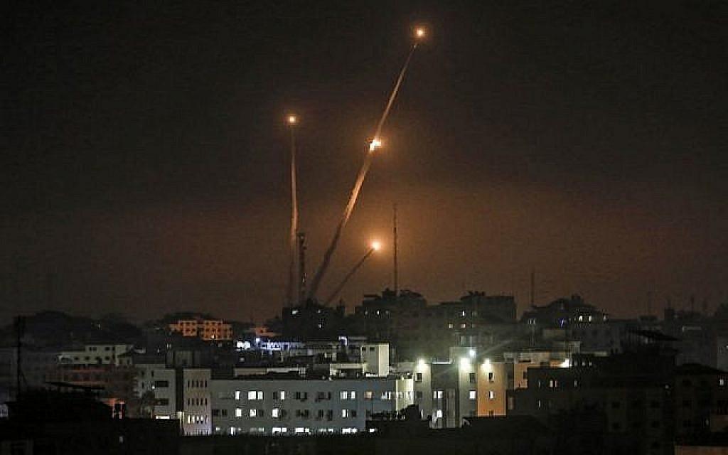 Une photo prise dans la ville de Gaza le 5 mai 2019 montre des tirs de roquettes sur Israël. (Crédit : Mahmud Hams/AFP)