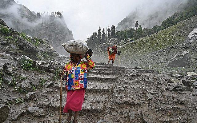 Les pèlerins hindous venant d'Inde se rendent à  Chandanwari, au Cachemire, à environ 115 kilomètres au sud-est de Srinagar, au cours du pèlerinage hindou annuel au tombeau d'Amarnath, le 27 juillet 2019 (Crédit : Photo by TAUSEEF MUSTAFA / AFP)