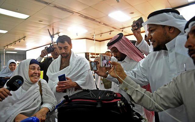 Les familles des victimes de la tuerie de la mosquée de Christchurch, en mars 2019, arrivent à l'aéroport de Jeddah, pour pèleriner à la Mecque, le 2 août 2019.( Crédit : Amer HILABI / AFP)