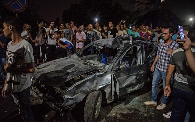 Une voiture brûlée après une collision meurtrière qui a fait 20 morts au Caire, le 4 août 2019. (Crédit : Aly FAHIM / AFP)
