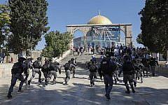 Affrontements entre les forces de sécurité israéliennes et des fidèles musulmans au mont du Temple dans la Vieille Ville de Jérusalem, le 11 août 2019. (Crédit : Ahmad Gharabli/AFP)