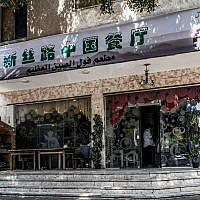 """Photo prise le 6 août 2019 : un restaurant où les étudiants ouïghours mangeaient leur cuisine traditionnelle dans le quartier oriental de Nasr City, dans la capitale égyptienne, au Caire. Un étudiant en Égypte a été arrêté et menotté par la police locale. Il a été surpris de se voir interroger par des fonctionnaires chinois sur ce qu'ils faisaient en Égypte. Trois semaines auparavant, l'Égypte et la Chine avaient signé un mémorandum de sécurité axé sur """"la lutte contre le terrorisme"""". La Chine est l'un des plus gros investisseurs égyptiens. Elle investit dans des projets d'infrastructure de grande envergure, tels que la construction d'une nouvelle capitale administrative à l'est du Caire. Les échanges commerciaux entre les deux pays ont atteint un record de 13,8 milliards de dollars en 2018. (Crédit :  Khaled DESOUKI / AFP )"""