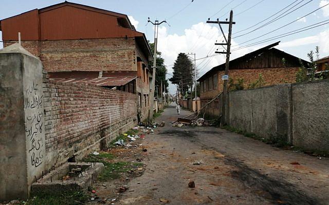 Une rue desserte de Soura, à Srinagar, après que l'Inde a bouclé la zone, après avoir révoqué l'autonomie du Cachemire, le 16 août 2019. (Crédit : Jalees ANDRABI / AFP)