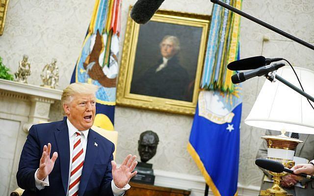 Le président américain Donald Trump pendant une réunion avec le président roumain Klaus Iohannis (hors-cadre) dans le bureau ovale de la Maison Blanche à Washington,  le 20 août 2019 (Crédit : Photo by MANDEL NGAN / AFP)