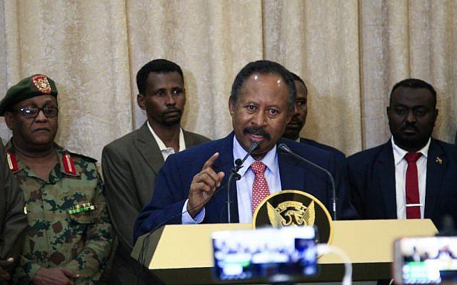Abdallah Hamdok, investi Premier minsitre soudanais par intérim, donne une conférence à Khartoum, le 21 août 2019. (Crédit : Ebrahim HAMID / AFP)
