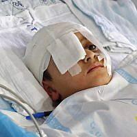 Abdelrahman Shtewi, dans un lit d'hôpital à Sheba, à Ramat Gan, le 12 août 209. Le jeune garçon a été blessé par une balle israélienne à Gaza. (Crédit : JACK GUEZ / AFP)