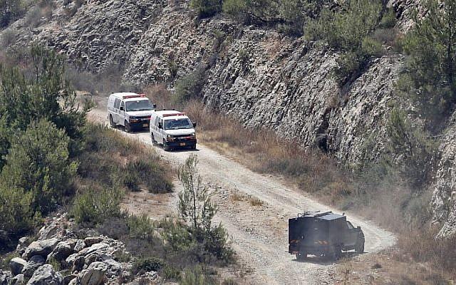 Illustration : Des ambulances israéliennes quittent le site où une bombe aurait été jetée depuis une voiture à proximité de l'implantation israélienne de Dolev, en Cisjordanie, tuant une personne et faisant deux blessés, le 23 août 2019 (Crédit : Ahmad GHARABLI / AFP)