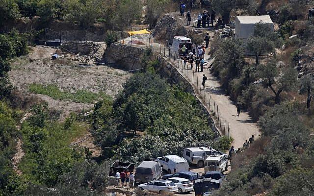 Les équipes médicales israéliennes et les forces de sécuritésur le site de l'explosion d'une bombe aux abords de l'implantation israélienne de Dolev, en Cisjordanie, le 23 août 2019 (Crédit : Ahmad GHARABLI / AFP)
