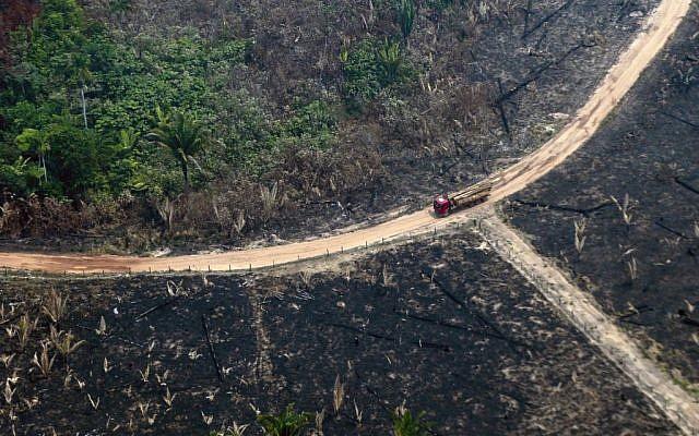 Vue aérienne de la de la forêt amazonienne brûlée, dans la région de Boca do Acre, au nord-ouest du Brésil, le 24 août 2019 (Crédit : LULA SAMPAIO / AFP)