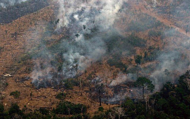 Vue aérienne de la fumée qui consume des hectares de la forêt amazoonienne, dans la région de Boca do Acre, aau nord-ouest du Brésil, le 24 août 2019 (Crédit : LULA SAMPAIO / AFP)