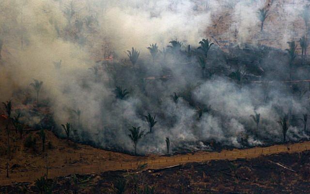 Vue aérienne de la fumée qui consume des hectares de la forêt amazonienne, dans la région de Boca do Acre, au nord-ouest du Brésil, le 24 août 2019 (Crédit : LULA SAMPAIO / AFP)
