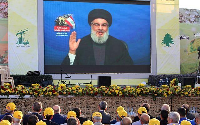 Les partisans du Hezbollah regardent un discours télévisé prononcé par Hassan Nasrallah, leader du groupe terroriste libanais du Hezbollah, à Al-Ain, dans la vallée de Bekaa, au Liban, le 25 août 2019 (Crédit : AFP)