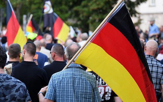 Des partisans du mouvement pro-Chemnitz rassemblés le 25 août 2019, en Allemagne. (Crédit : Hendrik Schmidt / DPA / AFP)