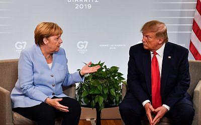 La chancelière allemande Angela Merkel, à gauche, et le président des États-Unis, Donald Trump, s'expriment lors d'une réunion bilatérale au troisième jour du sommet annuel du G7 à Biarritz, dans le sud-ouest de la France, le 26 août 2019. (Crédit : Nicholas Kamm / AFP)
