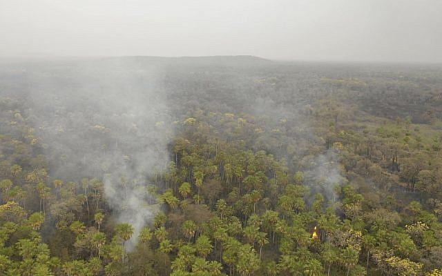 Vue aérienne de la fumée causée par les feux de forêts en Amazonie, au parc national Otuquis,, en Bolivie, le 26 août 2019. (Crédit : Pablo COZZAGLIO / AFP)