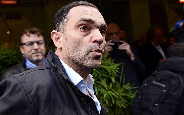 Yann Moix, en 2013, devant le restaurant Drouot, à Paris, après avoir reçu le prix Renaudot. (Crédit : Eric Feferberg / AFP)