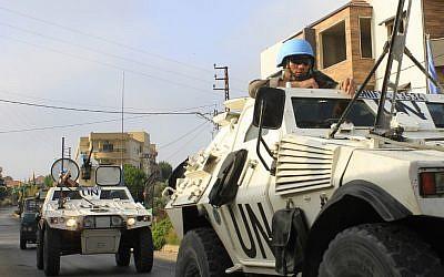 Des soldats des forces intérimaires des Nations unies au Liban (FINUL) patrouillent dans le village libanais de Kfar Kila , le long de la frontière avec Israël, le 29 août 2019 (Crédit : Mahmoud ZAYYAT / AFP)