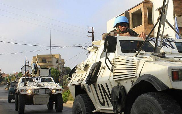 Des soldats des forces intérimaires des Nations unies au Liban (FINUL) patrouillent dans le village libanais de Kfar Kila, le long de la frontière avec Israël, le 29 août 2019. (Crédit : Mahmoud ZAYYAT / AFP)