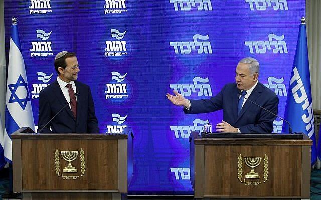 Le Premier ministre et président du Likud, Benjamin Netanyahu (à droite) et le président du parti Zehut, Moshe Feiglin (à gauche), à une conférence de presse conjointe à Ramat Gan, le 29 août 2019. (Crédit : Jack GUEZ / AFP)