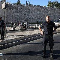 La police israélienne montre la garde sur la rue Sultan Suleiman dans la Vieille Ville de Jérusalem, le 19 août 2016. (Crédit : AFP/Menahem Kahana)