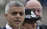 Illustration : Le maire de Londres, Sadiq Khan, s'exprime lors d'une veillée au Potters Fields Park à Londres, le 5 juin 2017 (Crédit : AFP/Daniel Leal-Olivas)