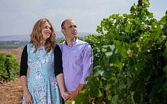 Vered et Erez Ben Saadon dans un vignoble de la Tura Winery qu'ils ont fondé en 20013 à Rechelim, implantation de Cisjordanie (Autorisation :  Tura Winery)