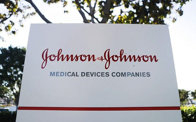 L'entrée du campus Johnson & Johnson à Irvine, en Californie, le 26 août 2019. (Crédit : Mario Tama/Getty Images/AFP