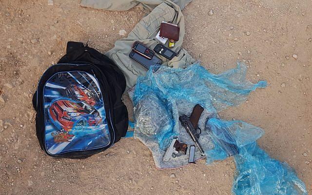 Des pistolets et des munitions trouvés dans un cartable d'écolier transporté par deux Palestiniens depuis le nord de la Cisjordanie, le 5 août 2019. (Crédit : armée israélienne)