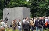 Inauguration du mémorial de Berlin aux homosexuels persécutés pendant la période nazie, dans le parc Tiergarten, le 27 mai 2008. (Crédit : David Doherty / Wikipédia / CC BY-SA 3.0)