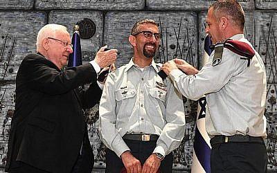 Ala Abu Rokun (au centre) est promu général de brigade par le président Reuven Rivlin et le chef d'état-major Aviv Kohavi, à la résidence présidentielle, le 14 août 2019. (Crédit : Mark Neiman/GPO)