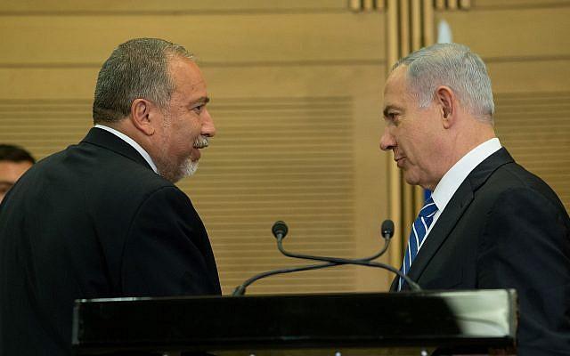 Le Premier ministre Benjamin Netanyahu (à droite) en compagnie du ministre de la Défense d'alors, Avigdor Liberman, lors d'une conférence de presse conjointe, le 30 mai 2016. (Yonatan Sindel / Flash90)