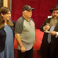 La vice-ministre des Affaires étrangères Tzipi Hotovely, à gauche ; le grand-rabbin ukrauinien Reuven Azman, à droite, et le résident de,Kyiv Felix Gelfer, un Juif ukrainien qui s'est fait circoncire en l'honneur de la visite de Benjamin Netanyahu en Ukraine, le 20 août 2019. (Crédit : Raphael Ahren/Times of Israel)