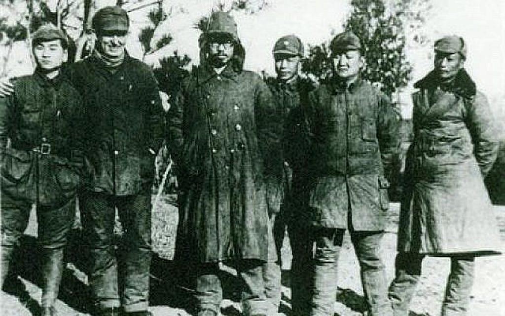 En août 1943, le docteur Jakob Rosenfeld, deuxième à gauche, avec le commandant de la Nouvelle quatrième armée Luo Ronghuan, troisième à gauche, dans le comté de Junan (Crédit : Ministère chinois des Affaires étrangères)