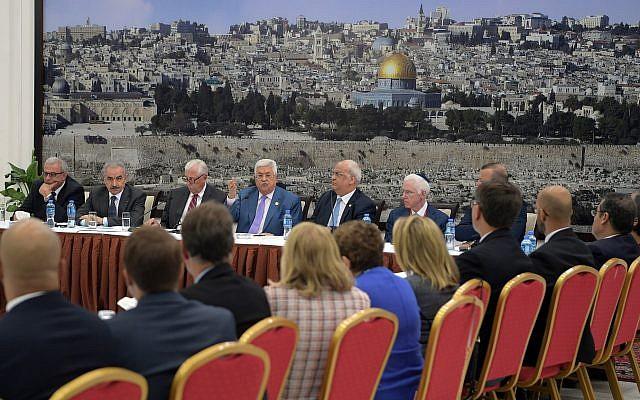 Le président de l'Autorité palestinienne Mahmoud Abbas s'adresse à des élus démocrates de la Chambre des représentants américaine, le 7 août 2019 à Ramallah. (Crédit : Wafa)