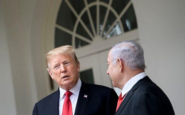 Le président américain Donald Trump (à gauche) et le Premier ministre israélien Benjamin Netanyahu discutent en se rendant à l'aile ouest de la Maison-Blanche pour un entretien, le 25 mars 2019. (Brendan Smialowski / AFP)