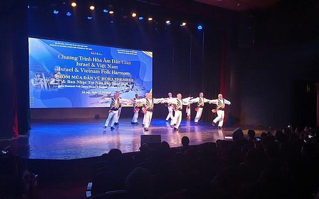 Le programme Harmonie folklorique, évènement co-organisé par des responsables vietnamiens et israéliens, le 25 août 2019, au Théâtre de la Jeunesse de Hanoi. (Crédit : IsraelinVietnam / Facebook)
