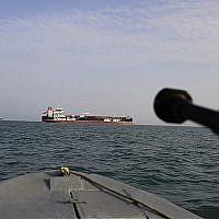 Un bateau rapide de la Garde révolutionnaire iranienne pointe une arme en direction du pétrolier Stena Impero, qui bat pavillon britannique, saisi dans le détroit d'Ormuz par la Garde et conduit dans le port iranien de Bandar Abbas, le 21 juillet 2019. (Morteza Akhoondi / Tasnim News Agence via AP)