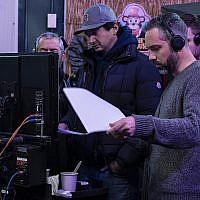 Gene Stupnitsky, en casquette, et Lee Eisenberg sur le tournage de Good Boys. (Crédit : Ed Araquel/Universal Pictures/via JTA)